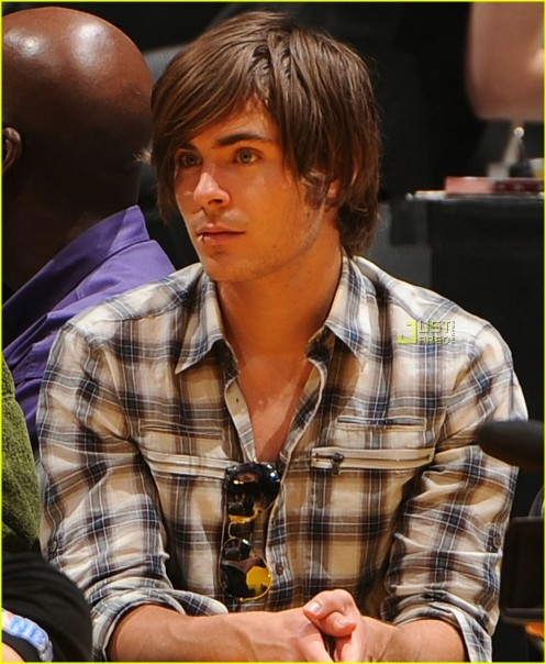 zac-efron-lakers-rockets-01