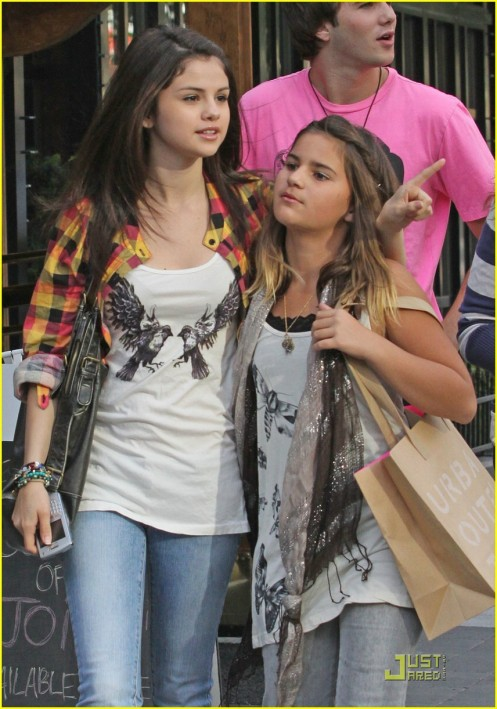 selena-gomez-makena-lautner-day-out-03
