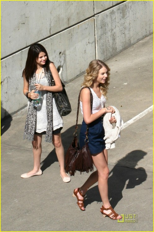 selena-gomez-taylor-swift-seattle-01
