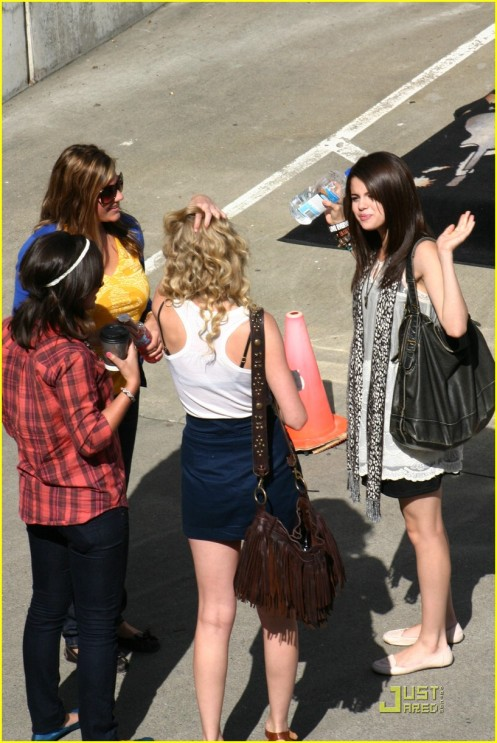 selena-gomez-taylor-swift-seattle-03