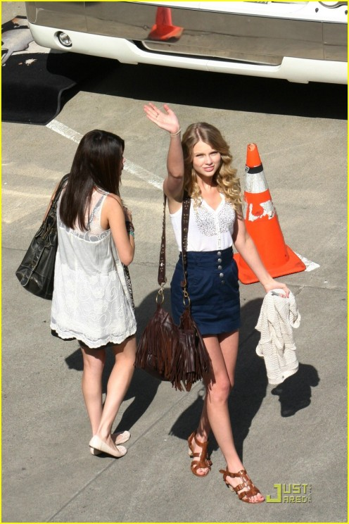 selena-gomez-taylor-swift-seattle-05